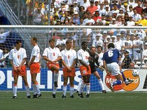 Branco rouba a caneta do Romário e escreve seu nome na Copa. Coice na bola!