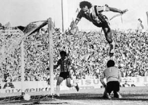 André Catimba - que nome maravilhoso - pulou tão alto pra comemorar, que se lesionou na aterrisagem.