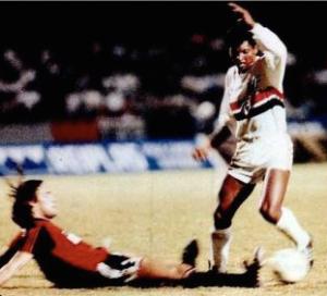 Macedo fugindo da falta, antes de sofrer um penalty decisivo no jogo.