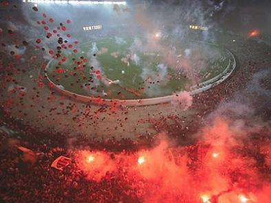 Foto de vista aérea do Maracanã tomado pela torcida do Flamengo. A Nação Rubro negra faza festa em um espetáculo maravilhoso